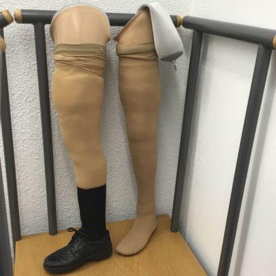 Prótesis femoral con encaje de succión con ping magnético