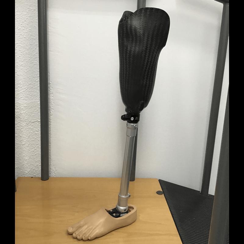 Prótesis tibial con encaje de fibra de carbono